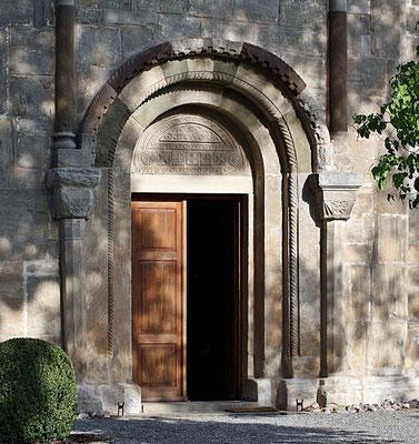 Foto Siegfried von Brilon (Wikipedia) - Romanisches Portal. Das Tympanon  trägt in sich einen bedeutungsvollen  Inhalt:   Es verrät,  dass die Weiler Kirche im Jahr 1152  geweiht  wurde.