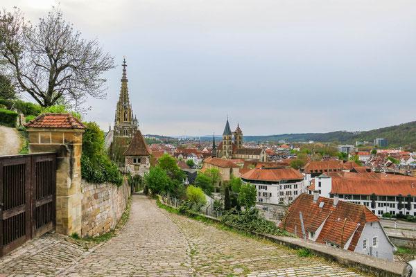 © Traudi - Blick hinunter in die Stadt, links hinter dem Neckarhaldentor dir Frauenkirche, rechts die Zwillingstürme der Stadtkirche, davor der Münster St. Baul. Ganz im Hintergrund die Schwäbische Alb.