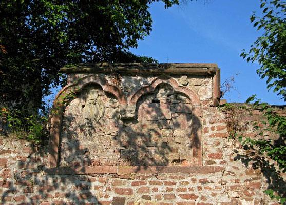 © Traudi - Wappen in der Klostermauer