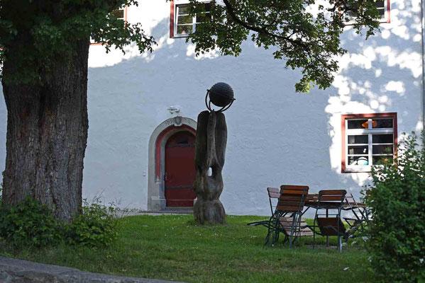 © Traudi - Im Hintergrund Portal des Unteren Gasthauses für geistliche Gäste. Über dem Eingang das Baujahr 1520 und das Wappen der Meisterin Cecilia von Hirnheim (im Amt 1511 bis † 1525)