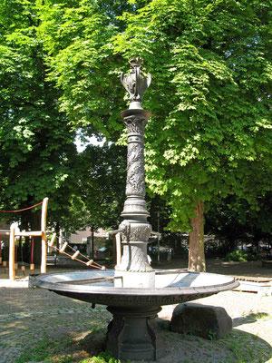 © Traudi  -  Brunnen im Hof der Burgschule