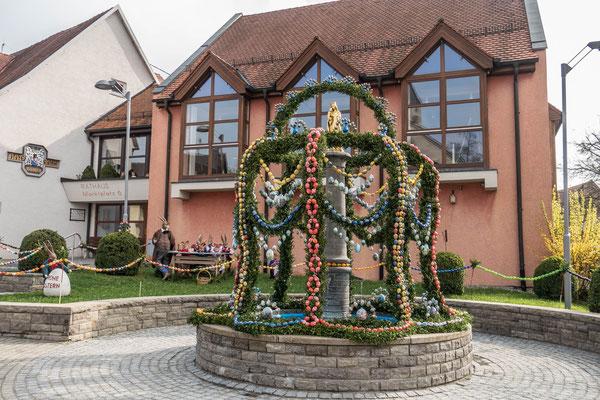 © Traudi - In Iggingen (Ostalbkreis) wurde der Marienstatue-Brunnen mit bunten Eiern geschmückt