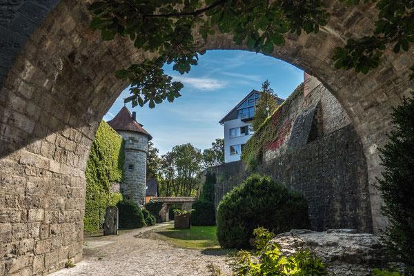 © Traudi - Der Sixische Turm (i. Hintergrund) ist ein dreigeschossiger Wohnturm und wurde in der zweiten Hälfte des 15. Jahrhunderts gebaut. Hier befindet sich der Eingang zum unterirdischen Wehrgang.
