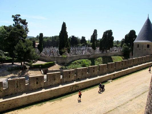 Carcassonne, Ausblick zum Friedhof, der außerhalb der Mauern ist – © Traudi