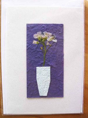 Foto  (c) Traudi   Wiesenschaumkraut-Blüten auf geschöpftem Papier in Tapetenrest-Vase