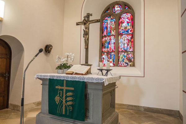 © Traudi -  Die Glasfenster mit Motiven aus dem Leben Johannes des Täufers wurden 1956 gemalt.