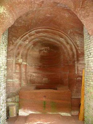 © Traudi - Der nach 1830 zu einer Kelter umgewandelte Altar in der Felsenkapelle entstand 1718/21 und wurde in die 1723/24 erbaute Kirche einbezogen