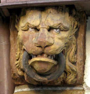 """© Traudi - Löwenkopf (1688) Diese Löwenmaske mit wildem, grimmigen Blick trägt einen """"Beißring"""" im Maul, der als Abwehrsymbol (magischer Ring) gilt."""