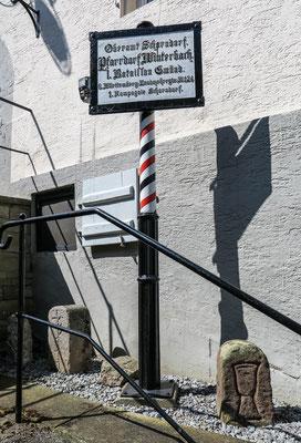 © Traudi - Battalionsschild mit alten Grenzsteinen beim Dorf- und Heimatmuseum in Winterbach