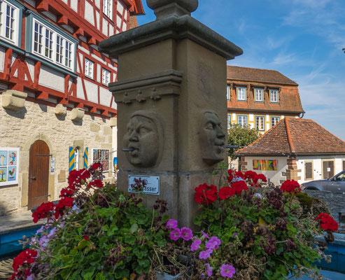 © Traudi - Die Brunnensäule wurde 1966 erneuert und mit aus Sandstein gehauenen Gesichtern des Schlemmers, des Prassers und des Geizhalses versehen.