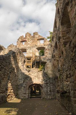 © Traudi - Im nördlichen Teil der Anlage steht die Ruine des herrschaftlichen Wohnhauses mit zahlreichen Fensternischen, zwei Erkern und einen Renaissanceportal. Eine Holztreppe führt hier bis in die Höhe des zweiten Stockes.