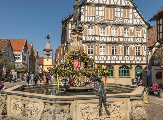 © Traudi - Das Alte Rathaus mit dem Marktbrunnen und im Hintergrund der Torturm. Die Bausubstanz des Alten Rathauses stammt aus der Zeit des Wiederaufbaus nach dem Brand von 1693.