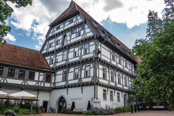 © Traudi - Spitalgebäude im Innenhof.
