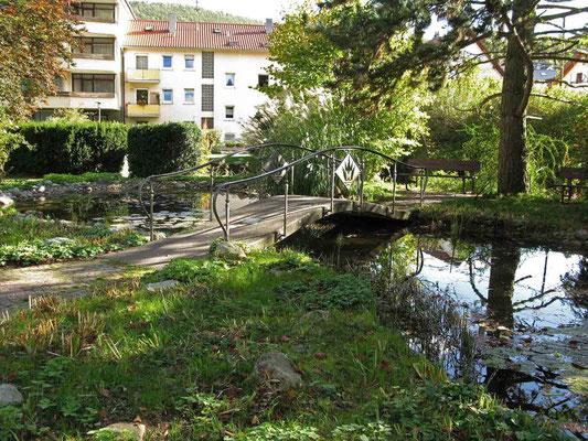 © Traudi - kleine Brücke über den Seerosenteich