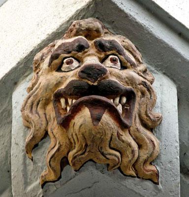 © Traudi - Löwenkopf (um 1682) Der Löwenkopf wirkt besondes drohend: Die Lefzen mit Eckzähnen und Mähnenhaar unterstücken den Schreckeffekt dieses Skulpturensteins.