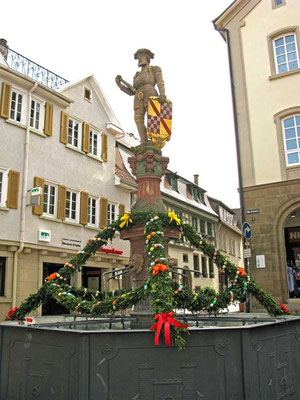 ©Traudi / Marktbrunnen aus dem 16. Jh., dargestellt ein Schildhalter mit Wappen der Markgrafschaft Baden.