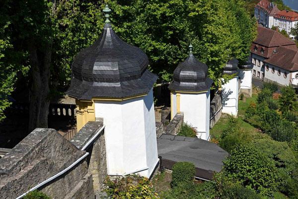 © Traudi - Von der Stadt aus führt ein malerischer Stationsweg mit 14 Kapellen hinauf, der ebenfalls nach einer Idee von Balthasar Neumann mit lebensgroßen Figuren angelegt wurde