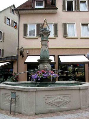 """09.06.2010 (c) Traudi - Fräuleinsbrunnen: Auf der Säule steht das namensgebende """"Fräulein"""", eine Melusine."""