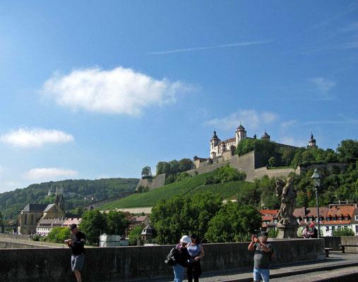 © Traudi - von der Alten Mainbrücke aus fotografiert: Das Käppele im Hintergrund links und die Festung Marienberg