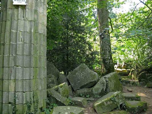Hohenheim,  ursprünglich waren die 3 Säulen mit korinthischen Kapitellen ausgestattet. Die Säulen sind umgestürzt. -  © Traudi