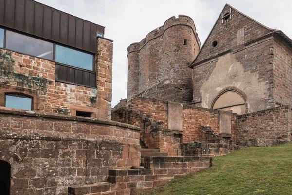 """© Traudi - Blick zum """"Zentralen Felsen"""" und zur Kapelle. Die beiden mittelalterlichen Türme sind durch eine Schildmauer verbunden. Im 16. Jahrhundert wurde auf der Krone eine Artillerieterrasse eingerichtet."""