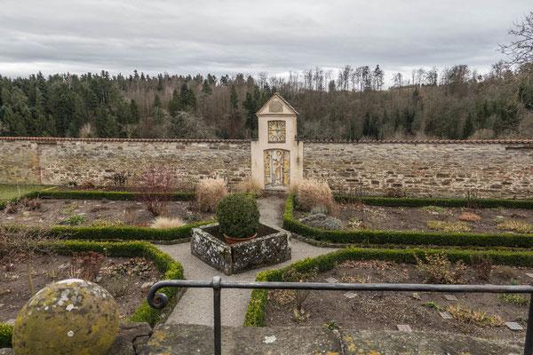 © Traudi - Klausurgarten / Kräutergarten. Die Außenmauer besteht möglicherweise aus Resten einer Burganlage aus dem 11. Jahrhundert.