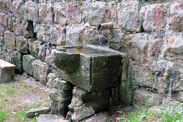 © Traudi - Brunnen an der Außenseite der Burgmauer