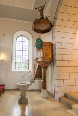 © Traudi - Der Altar und der Taufstein sind aus dem Jahr 1896.