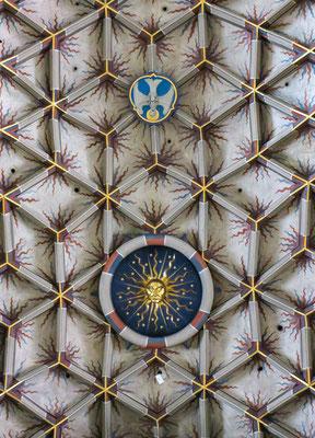 © Traudi - Das prächtig gestaltete Netzgewölbe im Chor mit seinen aufwendigen Schlusssteinen wird als ein besonderer Vertreter seiner Zeit angesehen. Das Gewölbe wird im Innenraum von 22 Säulen getragen.