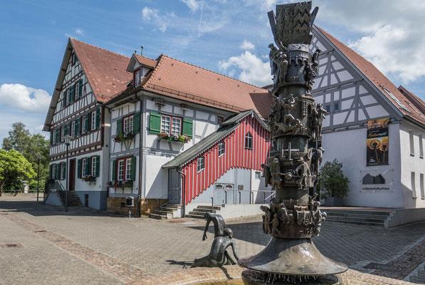 © Traudi - im Hintergrund das Süßener Kulturhaus