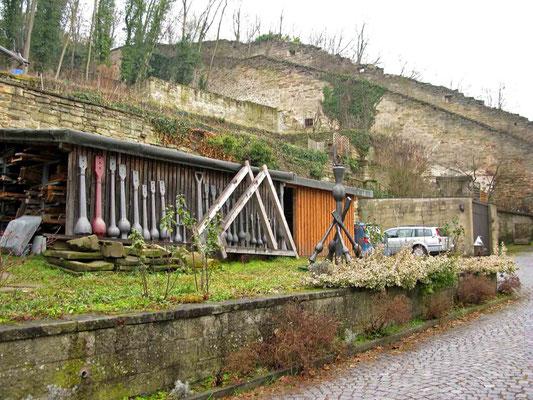 """© Traudi  - """"Klöppelhütte"""" mit Stadtmauer im  Hintergrund"""