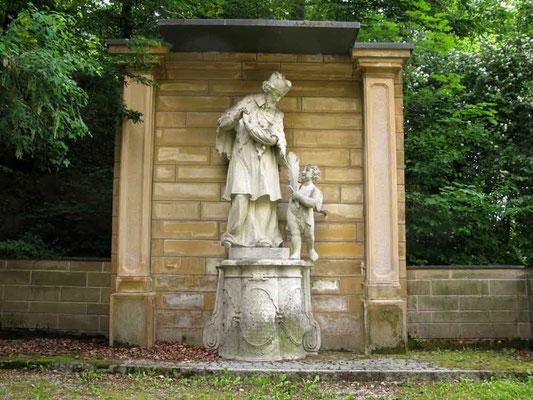 Foto (c) Traudi  -  Im Schlosspark: Auf dem Weg zum Schloss Baldern steht die Statue des heiligen Johannes von Nepomuk, eine Steinplastik von Johannes Mayr aus Baldern, 1718.
