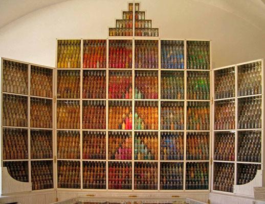 """© Traudi - Flaschen-""""Altar""""  im Vorraum zum Museum"""