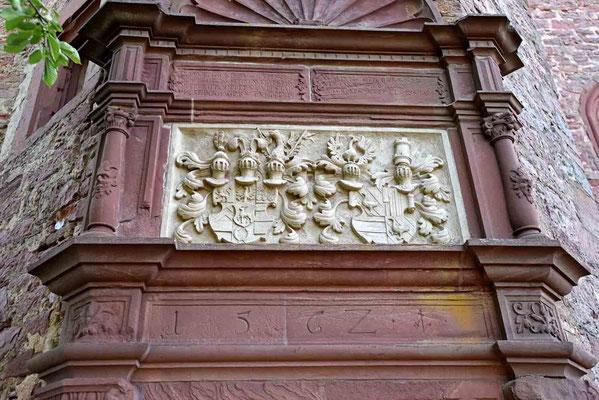 © Traudi - Am Achteckturm ist das Stolberg-Wertheim'sche sowie das Wied-Runkel'sche Wappen angebracht.