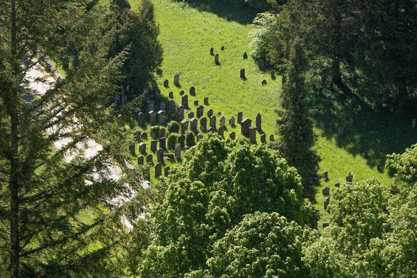 © Traudi - Blick auf den jüdischen Friedhof von der Ruine Schenkenstein