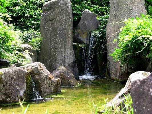 09.06.2010 (c) Traudi - Japangarten (Bälzdenkmal). Er befindet sich am Ufer der Metter. Dieser wurde zu Ehren eines Sohnes der Stadt Bietigheim errichtet.