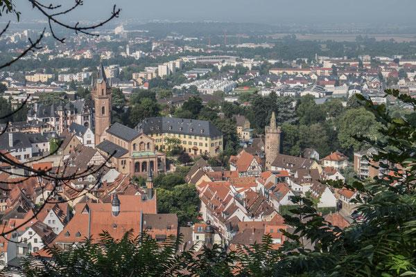 © Traudi - Blick hinunter zur Stadt Weinheim, auf den roten Turm und die St. Laurentiuskirche