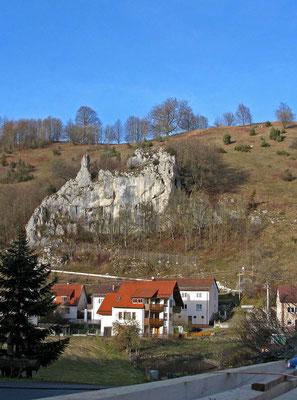 © Traudi  -  Felsenwände bestimmen das Ortsbild