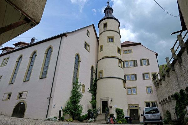 © Traudi - 1846 stürzte der Bau teilweise zusammen und beim Wiederaufbau wurde die katholische Kirche angebaut. Zwischen der Kirche und dem Schloss steht ein runder Treppenturm.
