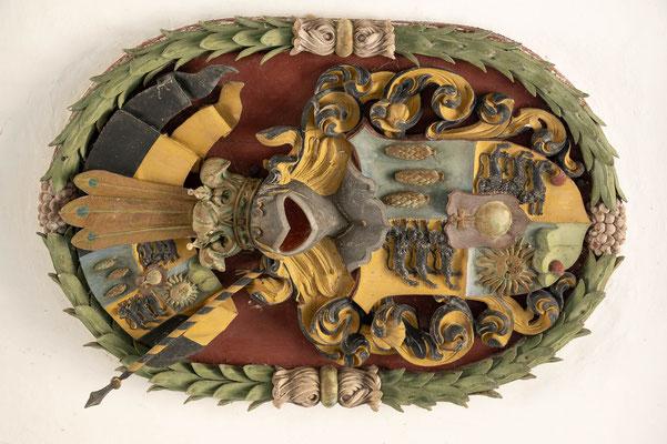 © Traudi - Wappen an der Decke des Durchgangs zum Schloss
