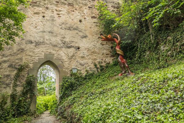 © Traudi - 2019 - Hier gehts hinauf zur Schlossruine, vorbei an Kunstobjekten