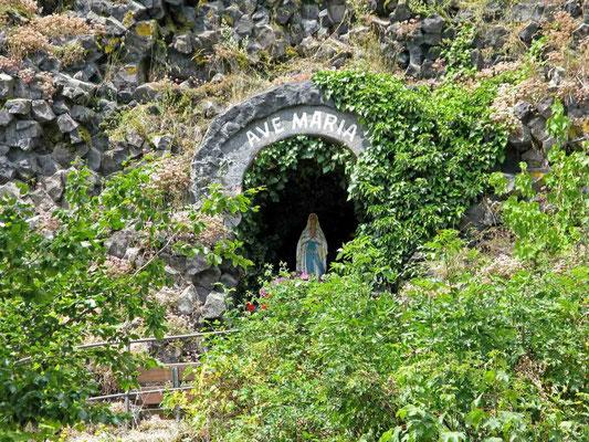© Traudi – Parkstein, Mariengrotte in der Basaltwand