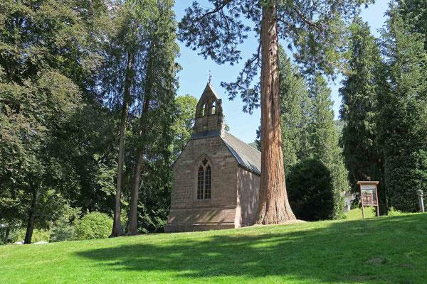 © Traudi -  Die Englische Kirche wurde 1865 erbaut im Stil einer mittelalterlichen Dorfkirche. Sie steht auf einer Grünfläche im Kurpark, umgeben von würdevollen Mammut- und anderen imposanten Bäumen.