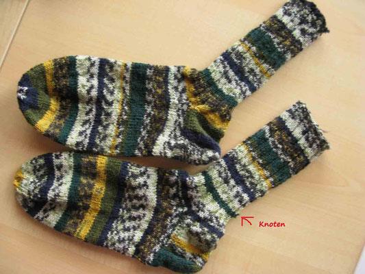 © Traudi - Mai 2014  -  ärgerlich: Ein Knoten im Faden und der Farbverlauf stimmt nicht mehr. Die Socken sind nicht identisch.  :-((
