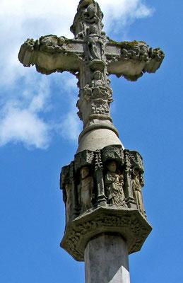 Kreuz auf dem Platz vor der Basilika - © Traudi