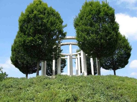 Hohenheim,  Monopteros. Aufgrund der Gartenerweiterung im Jahre  2001 erbaut als dominanter Aussichtspunkt und optishe Mitte des neuen Gartens. -  © Traudi