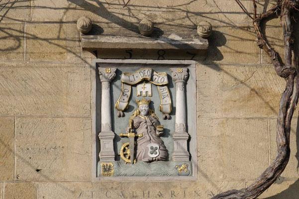"""© Traudi  - Relief am """"Kielmeyerhaus in Esslingen von der Hl. Katharina"""