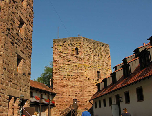 © Traudi - Dicker Turm, in dem angeblich die Kunigunde, die Ehefrau des Grafen Hubert von Rieneck, eingemauert wurde, weil sie ihren Gatten mit einem vergifteten Knödel umbrachte. Sie kann keine Ruhe finden, man hat man sie nachts schon öfter gesehen.