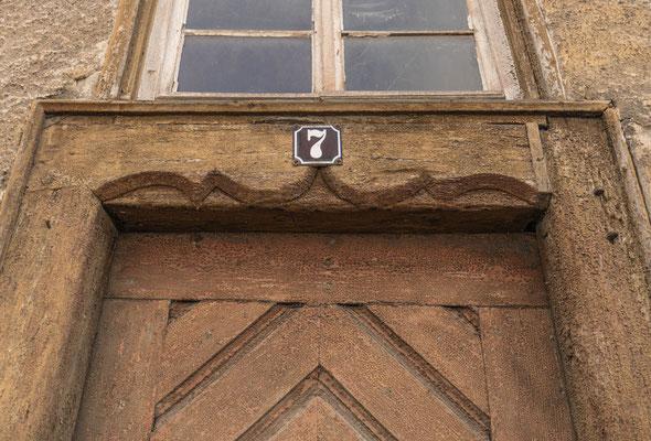 """© Traudi - Bemerkenswert ist an diesem alten Haus ist hier der als """"Eselsrücken"""" bezeichnete Türsturz."""