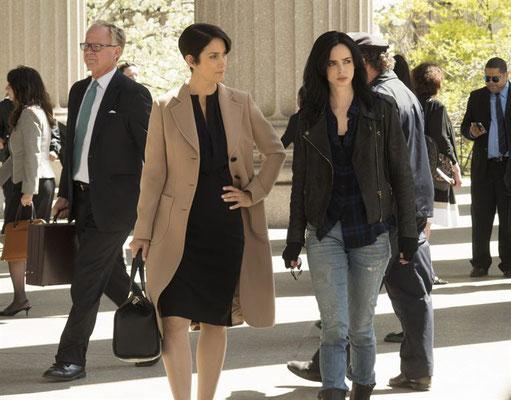 Hogarth (Carrie-Ann Moss) und Jess beratschlagen sich über einen Fall